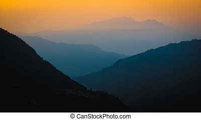 nepal, maart, 2017:, lagen, van, wazig, bergen, vervagen, in, de, afstand, op, sunrise., taken, van, ulleri, kijken beneden, de, vallei, naar, birethanti., annapurna, region.