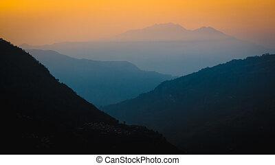 nepal, mars, 2017:, lagrar, av, dimmig, mountains, vissnande, in i, den, distans, hos, sunrise., tagen, från, ulleri, tittande, den, dal, mot, birethanti., annapurna, region.