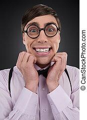 nerd., jeune, isolé, gris, gai, quoique, homme, sourire heureux, nerd, lunettes