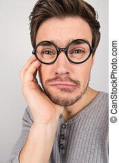 nerd., occhiali, depresso, uomini, isolato, grigio, mentre, suo, mento, presa a terra, giovane, mano, ritratto, triste