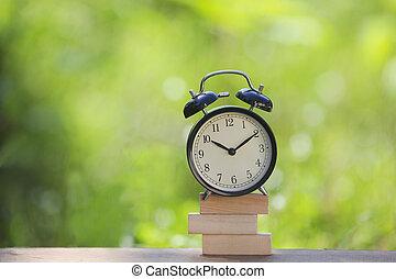 nero, sveglia, accatastato, su, legno, sbarra, con, poco profondo, dof, verde, fondo., affari, /, gestione del proprio tempo, concept.