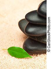 nero, terme, pietre, con, foglia verde, e, uno, goccia acqua, su, il, asciugamano