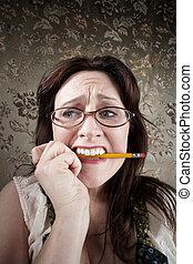 nervös, kvinna, tugga, på, a, blyertspenna