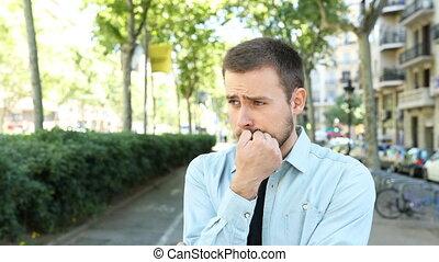 nerveux, clous, regarder, rue, mordre, loin, homme