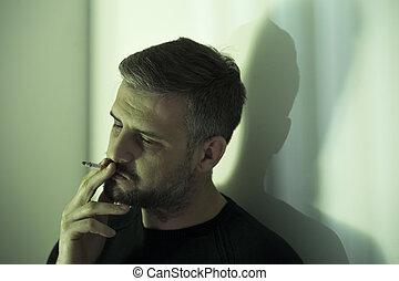 nerveux, homme fume, cigarette