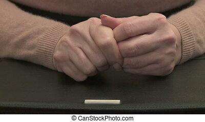 nerveux, main femme, mouvements