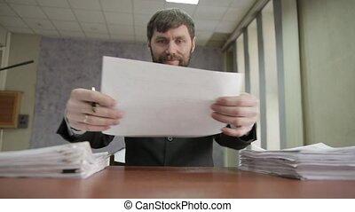 nervously, compostage, entrant, autour de, employé bureau, signer, documents, homme affaires, documents., disperser