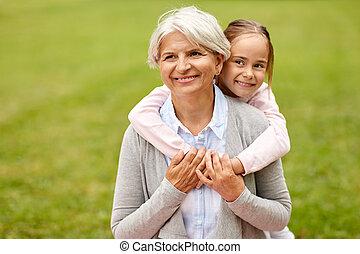 neta, abraçando, vó, em, verão, parque