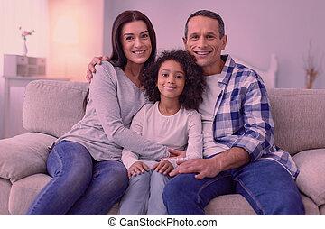 nett, glückliche familie, sitzen zusammen, sofa