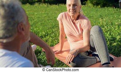 nett, sportliche , ältere frau, sitzen, auf, der, üben matten, mit, sie, ehemann