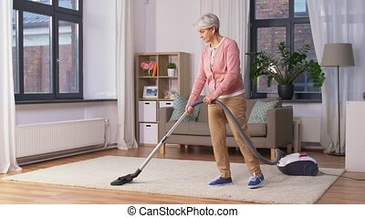 nettoyage, nettoyeur, femme, vide, personne agee, maison