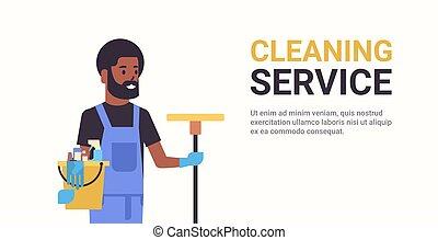nettoyeur, concept, service, espace, outils, essuyer seau, plat, américain, mâle, nettoyage, tenue, africaine, portrait, sourire, copie, concierge, horizontal, homme