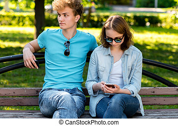 network., été, smartphone, bench., asseoir, étudiants, nature., social, parc, repos, ils, mains, lecture fille, type