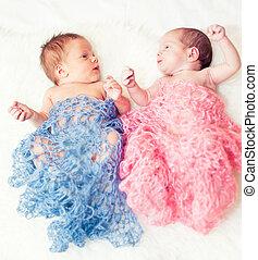 neugeborenes, zwillinge