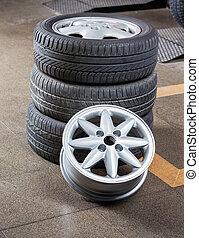 neumáticos, y, aleación, en, taller de reparaciones auto