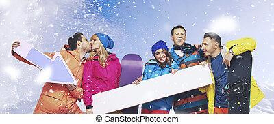 nevando, grupo, rir, fundo, snowboarders