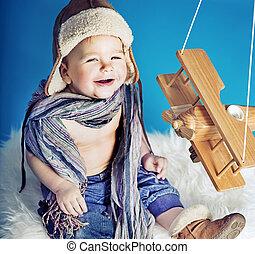 nevető, kicsi, fiú, noha, egy, apró repülőgép