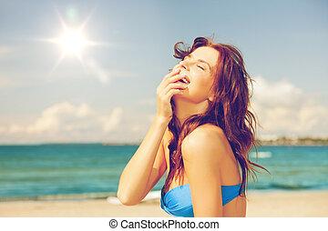 nevető, nő, a parton