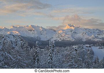 nevoso, paisaje, en las montañas