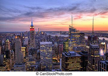new york city, stadtmitte, mit, reichsstaatsgebäude, an, dämmerung