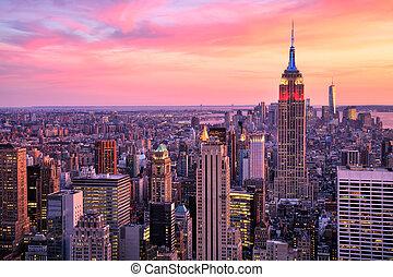 new york city, stadtmitte, mit, reichsstaatsgebäude, an, erstaunlich, sonnenuntergang