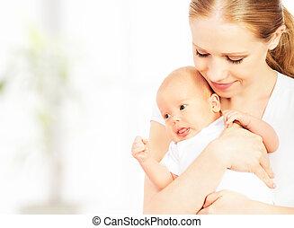 newborn csecsemő, alatt, a, fegyver, közül, anya