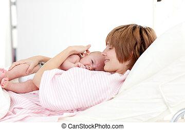 newborn csecsemő, anya, neki, átkarolás