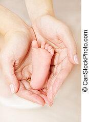 newborn csecsemő, lábfej, szülő, birtok, alatt, kézbesít