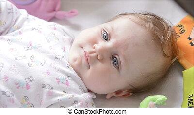 newborn niemowlę, uśmiechanie się
