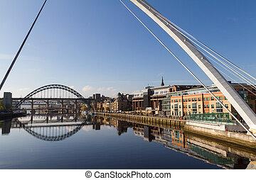 newcastle, gateshead, muelle, con, millenium, y, tyne, puentes, en, vista