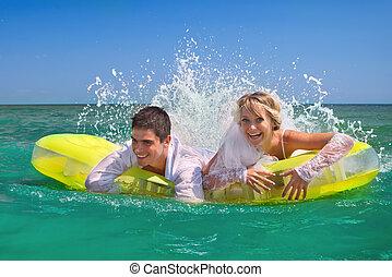 newly-married, couple, apprécier, sur, une, matelas gonflable
