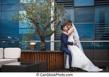 newlywed, összekapcsol dédelget, alatt, fényűzés, étterem