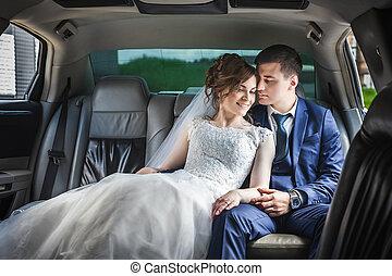 newlywed, összekapcsol dédelget, autó
