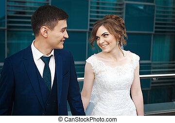 newlywed, összekapcsol dédelget, mosolygós, és, külső külső each más, alatt, étterem