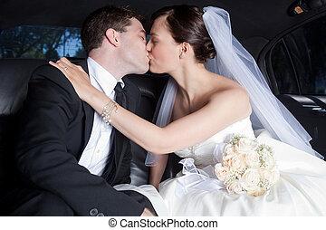 newlywed, összekapcsol megcsókol, alatt, limuzin