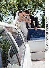 newlywed, párosít, álló, mellett, limuzin