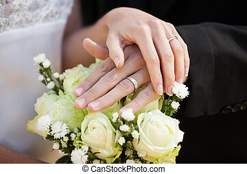 newlywed, párosít, noha, esküvő gyűrű, és, csokor