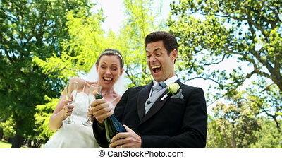 newlyweds, picie, szampan, w, przedimek określony przed rzeczownikami