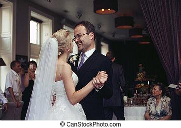 newlyweds, romanticos, noivo, dança, noiva, segurando, recepção casamento, mãos, primeiro