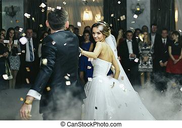 newlyweds, táncol, alatt, a, dohányzik, és, eső, közül, konfetti