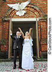 newlyweds with doves - newlyweds releasing white doves. ...