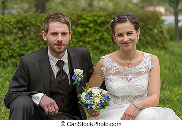 Newlyweds with wedding bouquet - junges glueckliches...
