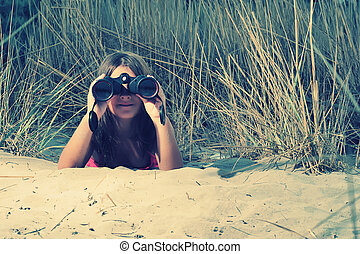 niña, ángulo, por, joven, bajo, vista, binocular, mirar
