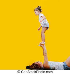 niña, acrobático, encima, manos, feliz, mamá, regocijado, ...