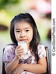 niña asiática, bebida, leche