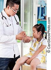 niña asiática, con, brazo roto