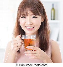 niña asiática, el gozar, té