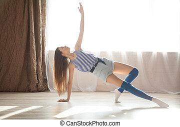 niña, bailando, gimnasia, estira, vestíbulo