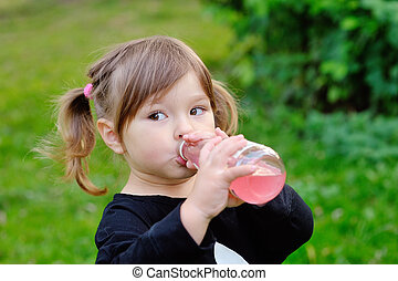niña, bebida de una botella, de, bebida