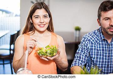 niña bonita, comida, ensalada, con, amigos